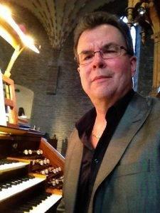 Lars Kullnes vid orgeln